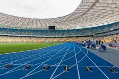 Startblöcke auf den Bahnen stadium Lizenzfreie Stockfotos
