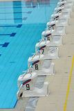 Startblöcke an einem Swimmingpool Lizenzfreies Stockbild
