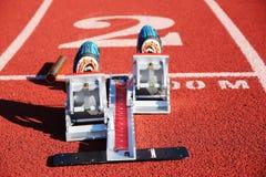 Startblöcke mit Spitzen und einem Taktstock stockfoto
