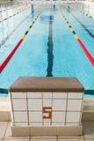 Startblöcke und Wege in einem Swimmingpool Rand von zuhause tragen Swimmingpool zur Schau Sport- und Gesundheitskonzept lizenzfreies stockbild