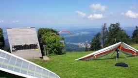 Startblock för hängning-glidflygplan på den gröna lutningen blå sky royaltyfria bilder