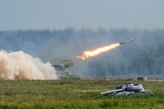 Startende Militärraketen im Waldland, Krieg schossen Verteidigungsangriff stockfotografie