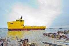 Startende Zeremonie eines Schiffs in der Werft Stockbild