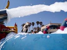 startender wei?er Schaum des lustigen Sommerfests von einer Maschine zu einem Pool, wohin tragender Badeanzug der Leute gegen das lizenzfreies stockfoto