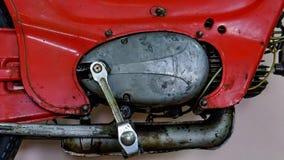 Starter auf einem alten Motorrad Kickstarter- und Schalthebelauflage werden in Form von einem Teil hergestellt stockbilder