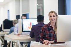 Startgeschäft, Frau, die an Tischrechner arbeitet lizenzfreie stockfotos