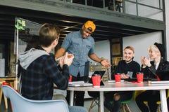 Startgeschäft, junge kreative Leutegruppe, die auf dem Treffen am Büroinnenraum und der Anwendung des Laptops und der Tablette ge lizenzfreies stockfoto