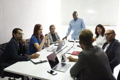 Startgeschäft Team Brainstorming auf Sitzungs-Werkstatt lizenzfreie stockfotos