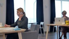 Startgeschäftsleute gruppieren arbeitenden täglichen Job im modernen Büro stock footage