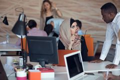 Startgeschäftsleute gruppieren arbeitenden täglichen Job im modernen Büro Technologiebüro, Technologiefirma, Technologiestart, Te lizenzfreies stockfoto