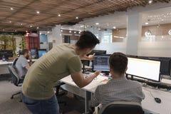 Startgeschäftsleute gruppieren das Arbeiten, als Team, zum der Lösung zu finden Stockbild