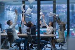 Startgruppe junge Geschäftsleute, die Dokumente werfen lizenzfreies stockfoto