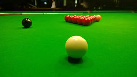 The starting position for a game of snooker on the billiard table. And cue Royalty Free Stock Photography
