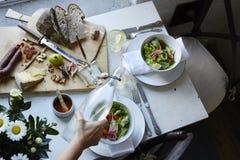 Startknapp och sallader i restaurang Arkivbilder