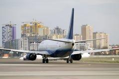 Startlandningsbana av Kyiv den internationella flygplatsen, Zhuliany Nivån av det YanAir företaget är förberedd för start royaltyfri foto