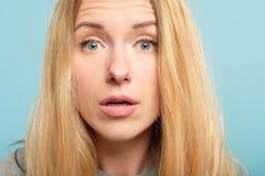 Startled a étonné l'expression du visage d'émotion de femme image stock