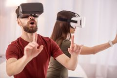 Startled a étonné l'homme a l'amusement avec des verres de VR Images libres de droits