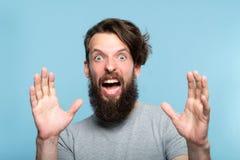 Startled a terrifié les yeux criards effrayés d'homme ouverts photographie stock