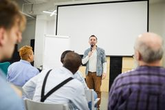 Startondernemer die zijn project voorleggen op conferentie stock afbeeldingen