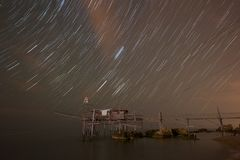 Startrail au-dessus du Trabocco de Punta Torre Photo stock