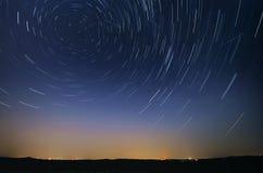 Startrail-Landschaft des Bewegens spielt während der Nacht des Pers die Hauptrolle Stockbild