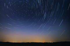 Startrail-Landschaft von bewegenden Sternen im nächtlichen Himmel Lizenzfreies Stockbild