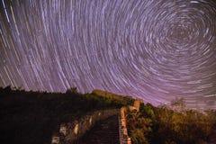 Startrails över den stora väggen Arkivfoto