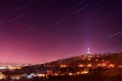 Startrails über Prag Petrin-Turm, Tschechische Republik Lizenzfreie Stockfotos
