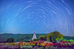 Startrails alla pagoda della regina del parco nazionale di Doi Inthanon, Chiang Immagini Stock Libere da Diritti