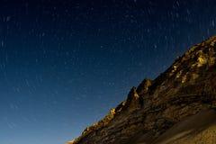Startrails avec la montagne au camp de base d'Everest photographie stock libre de droits