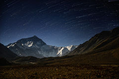 Startrails avec la montagne Everest au camp de base d'Everest Images stock