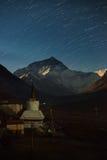 Startrails con la montagna Everest al campo base di Everest Fotografie Stock