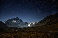 Startrails med berget Everest på den Everest basläger Arkivbilder