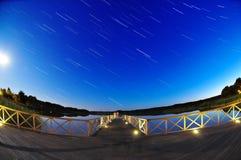 Startrails su una notte della luna piena fotografia stock libera da diritti