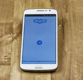 Startsidan av den fria Skype applikationen är öppen på skärmen för smartphone` s Royaltyfri Foto
