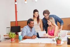 Startteambesprechung im Büro Lizenzfreie Stockfotos