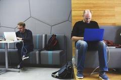 Startup бизнесмены работая на компьтер-книжке Стоковое Фото