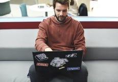 Startup бизнесмены работая на компьтер-книжке Стоковая Фотография RF