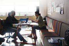 Startup бизнесмены работая на компьтер-книжке Стоковая Фотография