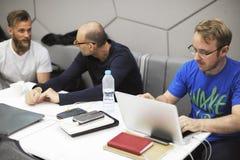 Startup бизнесмены работая на компьтер-книжке Стоковые Изображения