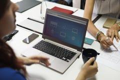 Startup бизнесмены работая на компьтер-книжке Стоковое Изображение RF