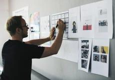 Startup бизнесмены смотря на Th данным по доски стратегии Стоковые Изображения