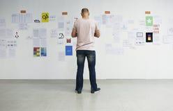 Startup бизнесмены смотря на Th данным по доски стратегии Стоковая Фотография RF