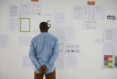 Startup бизнесмены смотря на Th данным по доски стратегии Стоковое Фото