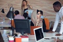 Startup бизнесмены собирают работая ежедневную работу на современный офис Офис техника, компания техника, запуск техника, команда стоковое фото rf