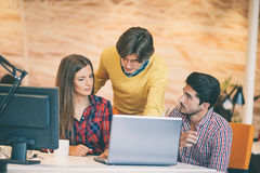 Startup бизнесмены собирают работу как команда для того чтобы найти решение к проблеме Стоковые Изображения RF