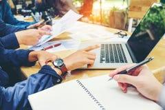 Startup встреча команды дела работая на Des дела компьтер-книжки новом Стоковое Изображение