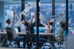Startup группа в составе молодые бизнесмены бросая документы Стоковые Изображения RF