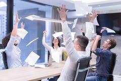Startup группа в составе молодые бизнесмены бросая документы Стоковая Фотография RF