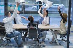 Startup группа в составе молодые бизнесмены бросая документы Стоковое Фото